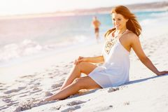 sittande kvinnabarn för strand Arkivfoton