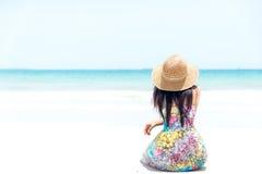 sittande kvinnabarn för strand Royaltyfri Fotografi