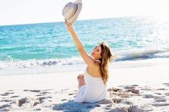 sittande kvinnabarn för strand Royaltyfria Foton