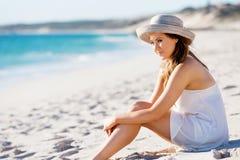sittande kvinnabarn för strand Arkivbild