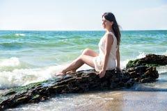 sittande kvinnabarn för strand Arkivbilder