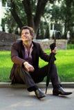 sittande le för gräsman Royaltyfri Foto