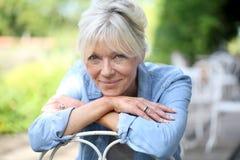 sittande le kvinna för trädgårds- pensionär Royaltyfria Foton