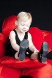 Sittande liten flicka Royaltyfria Bilder