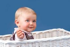 sittande litet barn för korgstående Royaltyfri Foto