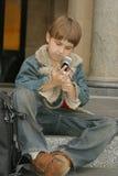 sittande moment för schoolboy royaltyfri bild