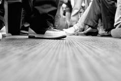 sittande plattform gångtunnel för folk Fotografering för Bildbyråer