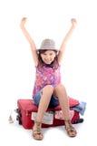 sittande resväska för flicka arkivbilder