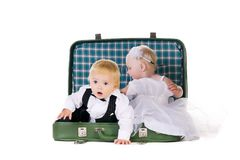 sittande resväska för pojkeflicka Arkivfoto