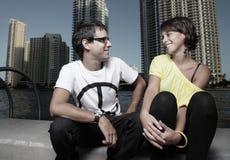 sittande samtal för par Arkivfoto