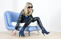 sittande sofakvinna Arkivfoton
