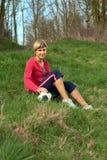 sittande sportswoman för boll Arkivbild