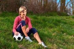 sittande sportswoman för boll Royaltyfri Foto