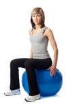 sittande sportswoman för bollkondition Royaltyfri Foto