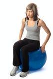 sittande sportswoman för bollkondition Royaltyfri Fotografi