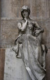 sittande statykvinna arkivfoto