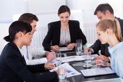 sittande tabell för businesspeoplekonferens royaltyfria foton
