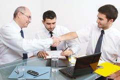 sittande tabell tre för affärsmanmöte arkivfoto