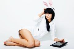 sittande tabletkvinna för PC arkivfoto