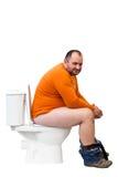 sittande toalett för lycklig man Royaltyfri Bild