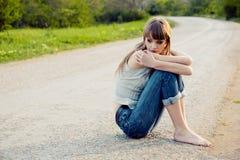 sittande tonåring för flickaväg royaltyfria foton