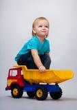 sittande toylastbil för unge Royaltyfri Foto