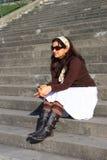 sittande trappa för asiatisk härlig flicka fotografering för bildbyråer