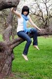 sittande tree för flicka Royaltyfri Fotografi