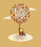sittande tree för pojke under Arkivfoto