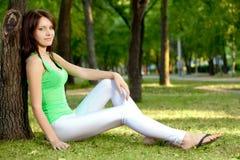 sittande tree under kvinna Fotografering för Bildbyråer