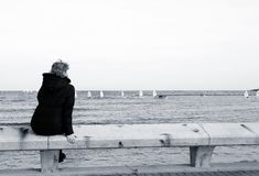 sittande turist för bänk royaltyfri foto