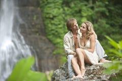sittande vattenfall för par Arkivfoto