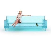 sittande vattenkvinna för blå soffa fotografering för bildbyråer