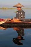 Sitted fiskare och reflexion på vatten av Inle sjön Royaltyfri Bild