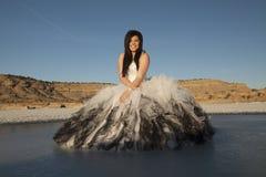 Sitter is för den formella klänningen för kvinnan blå himmel för leendet Arkivbilder