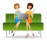 Sitter ung kvinna två med anteckningsboken på soffan Royaltyfria Foton