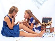 Sittin adolescente bonito de duas meninas no assoalho e Imagens de Stock
