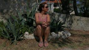 Sittin envelhecido meio da mulher entre o aloés vera Foto de Stock
