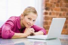 sitting för affärskvinnabärbar datorkontor Royaltyfri Bild