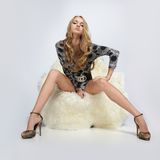 sitting för armstolsflicka Royaltyfri Fotografi