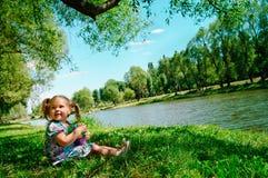 sitting för flod för gruppflicka lycklig Fotografering för Bildbyråer