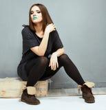 sitting för modemodell härlig svart klänningflicka Royaltyfria Foton