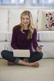 sitting för telefon för bärbar dator för cellkvinnliggolv arkivfoton