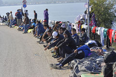 Sittng беженцев на улице Lesvos Греции стоковое фото rf