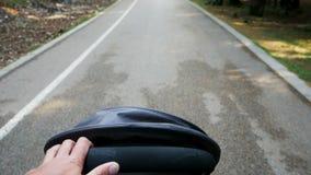 Sittvagnen rider till och med skogen på en asfaltväg på våren i Montenegro lager videofilmer