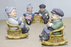 Situação bonita da boneca da avó que balança a cadeira de bambu no fundo de madeira - ainda vida Foto de Stock Royalty Free