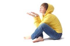 Situação da menina e vista em sua palma aberta Fotografia de Stock