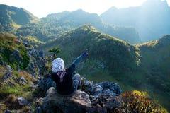Situação da menina na pedra para ver a vista das montanhas Fotografia de Stock Royalty Free