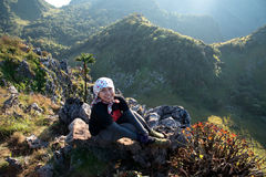 Situação da menina na pedra para ver a vista de montanhas grandes bonitas Foto de Stock