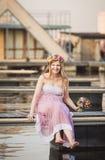 Situação da menina no cais no lago Foto de Stock Royalty Free